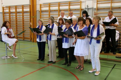 Pääjuhlassa oli myös kuorolaulua.  Kuvassa Kylälaulajat Boråsista.